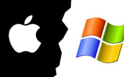 Fraternizare hi-tech:Angajaţi Microsoft au interpretat un cântec pacifist în faţa unui magazin Apple