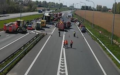 Un mort şi zeci de răniţi într-un accident între un autocar şi două camioane, în Belgia