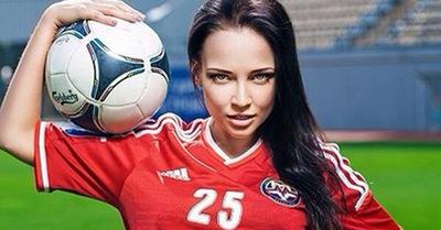 Cum a salvat una dintre cel mai dorite modele Playboy o echipa de fotbal de la faliment – FOTO