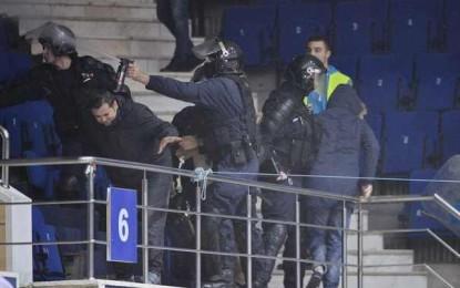 Fanii Stelei şi ai lui Dinamo s-au încăierat în Sala Polivalentă, înainte de partida de handbal. Jandarmii au intervenit cu gaze lacrimogene – FOTO