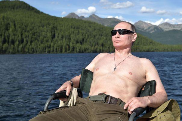Vacanţa lui Vladimir Putin, în imagini. Kremlinul face publice fotografii cu liderul rus pe jumătate dezbrăcat | GALERIE FOTO