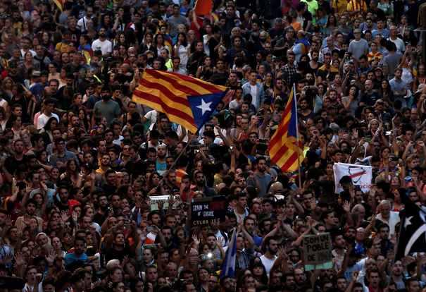 """Carles Puigdemont proclamă dreptul Cataloniei la INDEPENDENŢĂ, dar vrea o soluţie negociată/ Guvernul Spaniei consideră decizia o """"trădare inadmisibilă"""""""