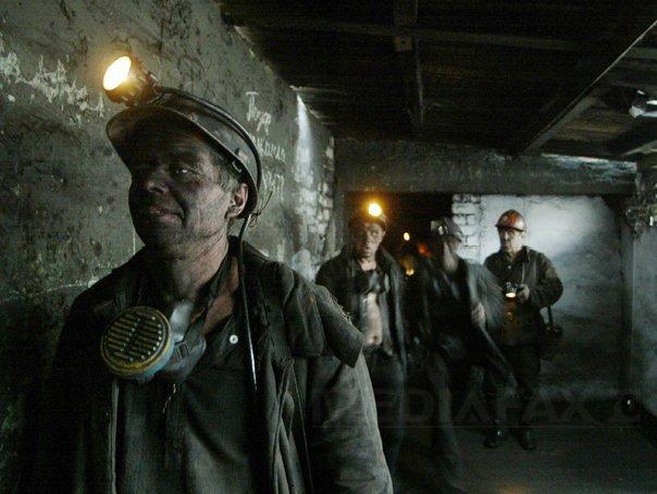 MINERII prinşi în mina Lupeni. Echipele de salvare au reuşit să ajungă la al doilea miner blocat. Ministrul Energiei: Primul miner salvat este conştient/ UPDATE: Unul dintre mineri este fotbalistul Raul Cişmaşiu | FOTO