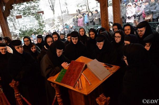 Circa 10.000 de pelerini la Mănăstirea Prislop, la 28 de ani de la moartea părintelui Arsenie Boca: Până şi o păsărică aici îmi face impresia că e părintele