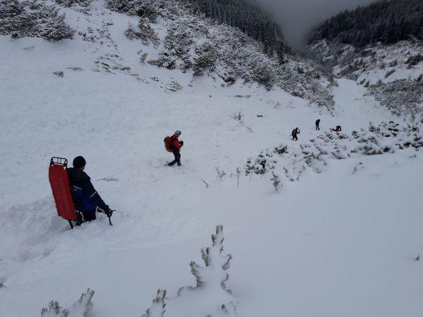 Un bărbat care făcea alpinism a fost surprins de avalanşă, în Buşteni. Salvamontiştii îl caută