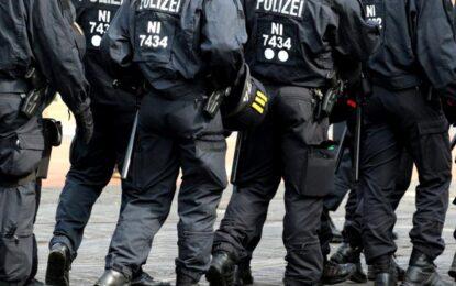 Un exercițiu antitero s-a transformat într-o intervenție reală, după ce un fost polițist l-a înjunghiat pe amantul soției sale, în Germania Citeşte întreaga ştire: Un exercițiu antitero s-a transformat într-o intervenție reală, după ce un fost polițist l-a înjunghiat pe amantul soției sale, în Germania
